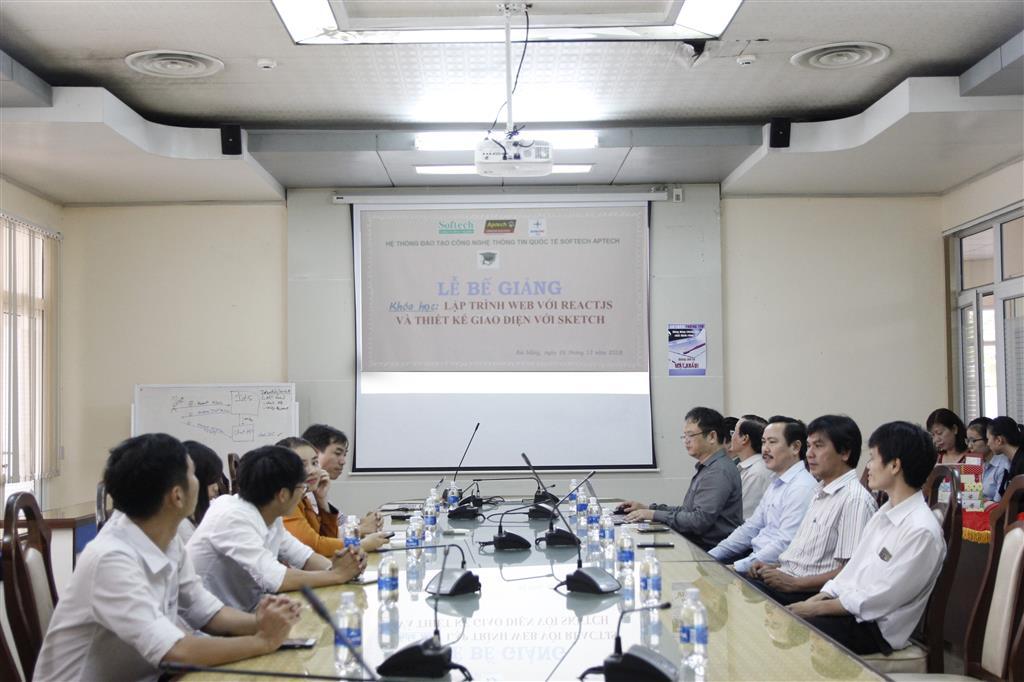 Lễ bế giảng khóa học đào tạo Lập trình web với ReactJS và Thiết kế giao diện với Sketch tại Công ty CNTT Điện lực miền Trung.