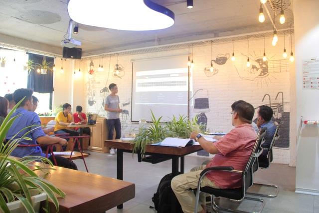 Sinh viên Aptech đang thuyết trình bảo vệ project cuối kỳ trước hội đồng giám khảo tại Aptech cơ sở 54 Lê Thanh Nghị.